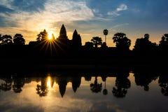 Templo de Angkor Wat en el resplandor solar dramático de la salida del sol Imágenes de archivo libres de regalías
