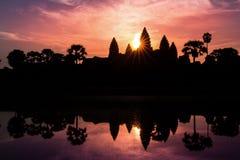 Templo de Angkor Wat en el resplandor solar dramático de la salida del sol Fotos de archivo libres de regalías