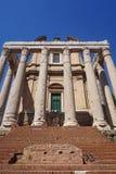 Templo de Antoninus y de Faustina en foro antiguo Ventanas viejas hermosas en Roma (Italia) imagen de archivo libre de regalías