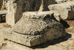 Templo de Aphaia de la pieza de la columna en la isla de Aegina en un día de verano en GR Foto de archivo libre de regalías