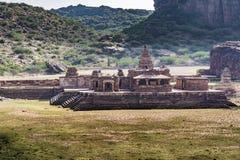Templo de Badami no lago ascendente secado imagens de stock royalty free