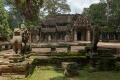 Templo de Banteay Kdei guardado por las estatuas de piedra imagen de archivo libre de regalías