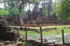 Templo de Banteay Srei no lado 3 do lago Fotos de Stock Royalty Free