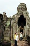 Templo de Bayon da visita dos residentes locais, Imagem de Stock Royalty Free