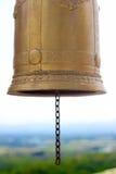 Templo de Bell de oro tailandesa y del cielo azul Fotos de archivo libres de regalías