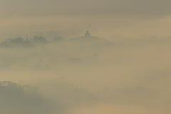 Templo de Borobudur en Misty Morning según lo visto de la colina de Punthuk Setumbu Fotografía de archivo