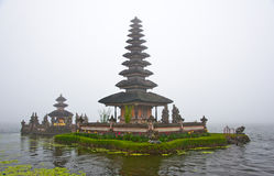 Templo de Bratan del lago que se levanta de la niebla Imagen de archivo