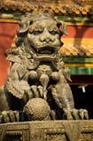 Templo de bronze Beijing do gongo de Yonghe da estátua do dragão fotografia de stock royalty free