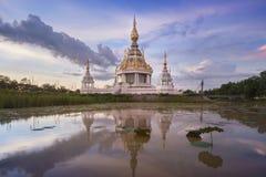 Templo de Buda de Tailandia en laguna del loto fotografía de archivo