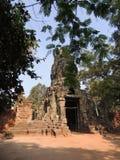 Templo de Camboja entre ruínas antigas da arquitetura das árvores Fotografia de Stock Royalty Free