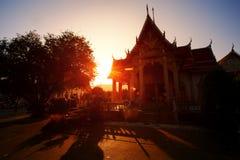 Templo de Chalong Phuket en la puesta del sol Imágenes de archivo libres de regalías