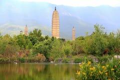 Templo de Chongshen y tres pagodas en Dali Provincia de Yunnan China imagenes de archivo