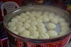 TEMPLO DE CHONGYUANG, CHINA: Bolos pequenos da massa crua branca, propagação para fora no potenciômetro que espera para ser frita Imagem de Stock Royalty Free