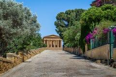 Templo de Concordia en el valle de templos - Agrigento, Sicilia, Italia imágenes de archivo libres de regalías