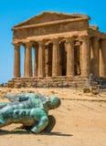 Templo de Concordia y la estatua de Ícaro caido, en el valle de los templos Agrigento, Sicilia, Italia meridional fotos de archivo libres de regalías