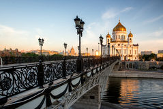 Templo de Cristo el salvador y el puente peatonal. Moscú, Rusia Imagenes de archivo