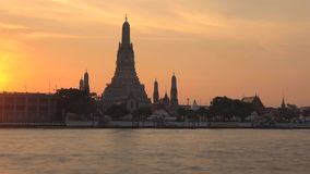 Templo de Dawn Wat Arun no timelapse do por do sol Banguecoque, Tailândia filme
