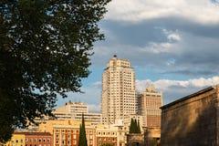 Templo de Debod和摩天大楼在广场España 免版税库存照片