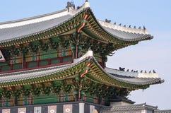 Templo de dos niveles con el tejado coreano del estilo Imagen de archivo