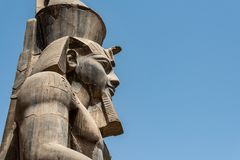 Templo de Egipto Luxor estátua do granito de Ramesses II assentada na frente das colunas fotos de stock royalty free