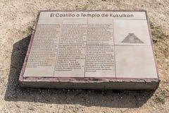 Templo de El Castillo de la pizarra Chichen Itza Yucatán México de la información de la pirámide de Kukulkan fotos de archivo