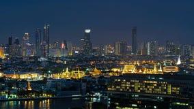 Templo de Emerald Buddha, palacio magnífico y de Wat Pho en la ciudad de Bangkok, Tailandia en la noche Lapso de tiempo almacen de metraje de vídeo