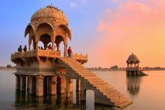 Templo de Gadi Sagar en el lago en la puesta del sol, Jaisalmer, la India Gadisar imagen de archivo