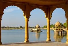 Templo de Gadi Sagar en el lago Gadisar Imagen de archivo libre de regalías