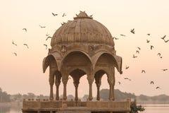 Templo de Gadi Sagar en el lago Gadisar imagenes de archivo