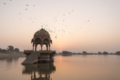 Templo de Gadi Sagar en el lago Gadisar fotos de archivo