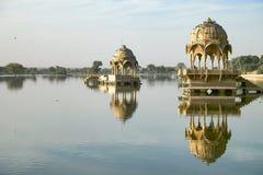 Templo de Gadi Sagar en el lago Gadisar con la reflexión foto de archivo libre de regalías