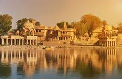 Templo de Gadi Sagar en el lago Jaisalmer, la India Gadisar Imagen de archivo