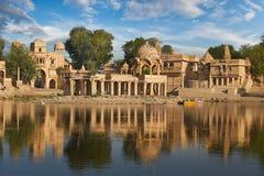 Templo de Gadi Sagar en el lago Jaisalmer, la India Gadisar Fotografía de archivo