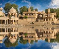 Templo de Gadi Sagar en el lago Jaisalmer, la India Gadisar Fotografía de archivo libre de regalías