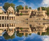 Templo de Gadi Sagar en el lago Jaisalmer, la India Gadisar Foto de archivo