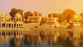Templo de Gadi Sagar en el lago Jaisalmer, la India Gadisar Fotos de archivo libres de regalías
