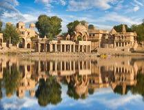 Templo de Gadi Sagar en el lago Jaisalmer, la India Gadisar Imagenes de archivo