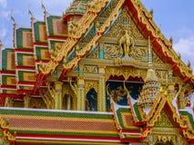 Templo de gran tamaño con los tejados llanos multi en Tailandia Foto de archivo libre de regalías