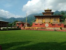 Templo de Gumpha em Funtselling Butão fotos de stock