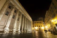 Templo de Hadrian, Piazza di Pietra Ventanas viejas hermosas en Roma (Italia) noche Foto de archivo libre de regalías
