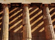 Templo de Hephaestus, cierre para arriba de las columnas dóricas del estilo atenas Imágenes de archivo libres de regalías