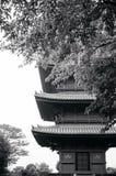 Templo de Ikegami Honmon-ji y edificios japoneses de la pagoda detrás del tr Imagen de archivo libre de regalías