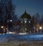 Templo de Jehoiakim-Anninsky (Ulyanovsk, Rusia) en la noche en el fondo del cielo del invierno Imágenes de archivo libres de regalías
