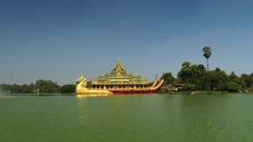 Templo de Karaweik en el lago Kandawgyi, Rangún, Myanmar metrajes
