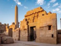 Templo de Karnak conocido como Karnak en Luxor con el gran obelisco y de los jeroglíficos antiguos en las paredes de piedra fotografía de archivo libre de regalías