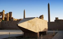 Templo de Karnak, obelisco grande na exposição, Luxor, Egito imagem de stock royalty free