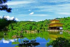 Templo de Kinkakuchi en primavera Imagen de archivo