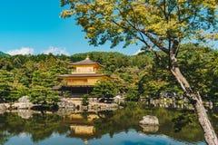 Templo de Kinkakuji o pavilhão dourado em Kyoto, Japão Foto de Stock Royalty Free