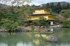 Templo de Kinkakuji, pabellón de oro en Kyoto, Japón Imagenes de archivo