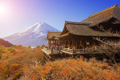 Templo de Kiyomizu-dera con el blackground de Fuji mt en Kyoto, Japón Fotografía de archivo libre de regalías